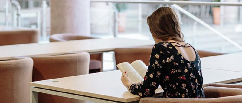 סטודנטית נעזרת בסיוע בכתיבת עבודות אקדמיות באוניברסיטה