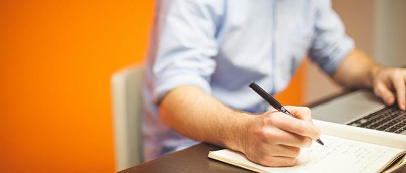 סטודנט כותב עבודות סמינריוניות בתשלום למכללה