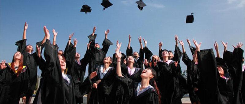 סטודנים לאחר סיום התואר והגשת עבודה סמינריונית בתשלום