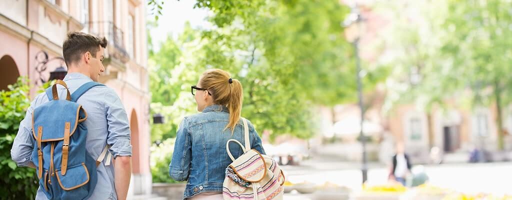 סטודנט וסטודנטית הולכים למכללה