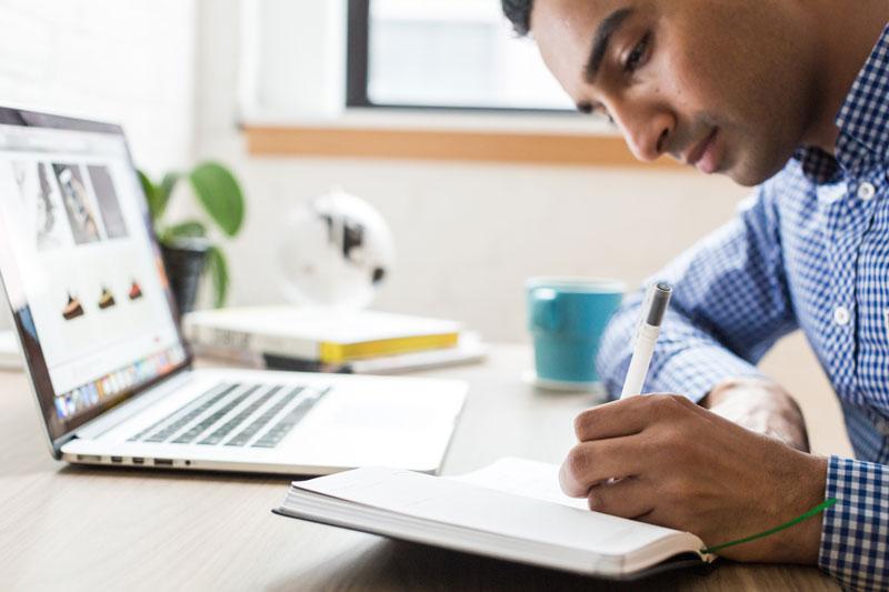 סטודנט כותב עבודת סמינריון