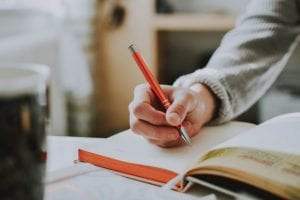 סטודנטית כותבת עבודה סמינריונית בסיעוד