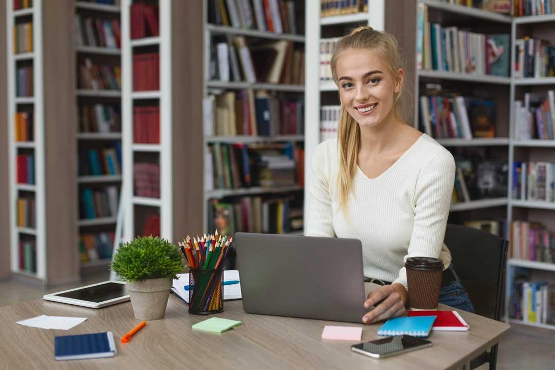 סטודנטית כותבת עבודות סמינריון במשפטים