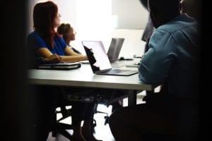 סטודנטים בכיתה בודקים עבודות סמינריון בתשלום
