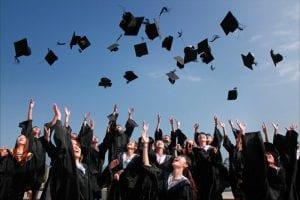 סטודנטים מסיימים תואר לאחר הגשת סמינריון