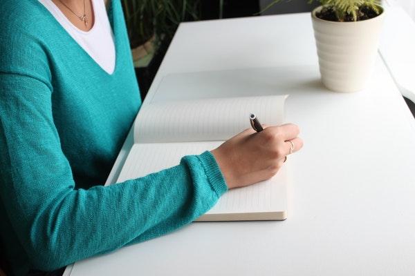 סטודנטית כותבת עבודה סמינריונית
