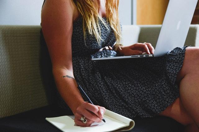 סטודנטית כותבת עבודת סמינריון
