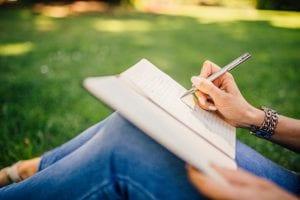 סטודנטית מנסה לכתוב מבוא לסמינריון