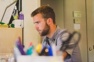 סטודנט עסוק במהלך כתיבת עבודה סמינריונית בחדר