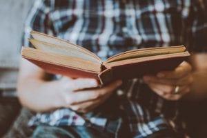 כתיבת פרק שיטות מחקר על ידי סטודנט באוניברסיטה