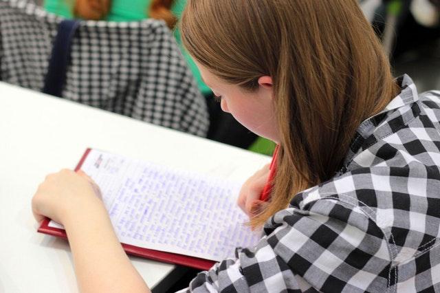 סטודנטית מנסה לבחור נושא לסמינריון איכותני