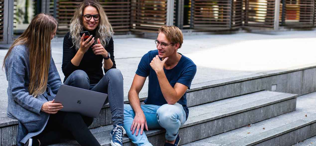 סטודנטים מדברים על עבודות אקדמיות