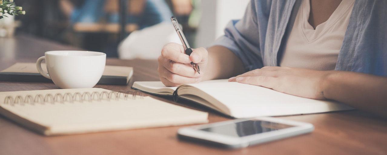 סטודנטית כותבת טיפים לעבודות סמינריוניות