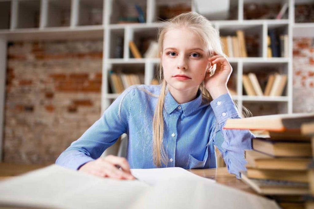 סטודנטית כותבת סוגי עבודות אקדמיות