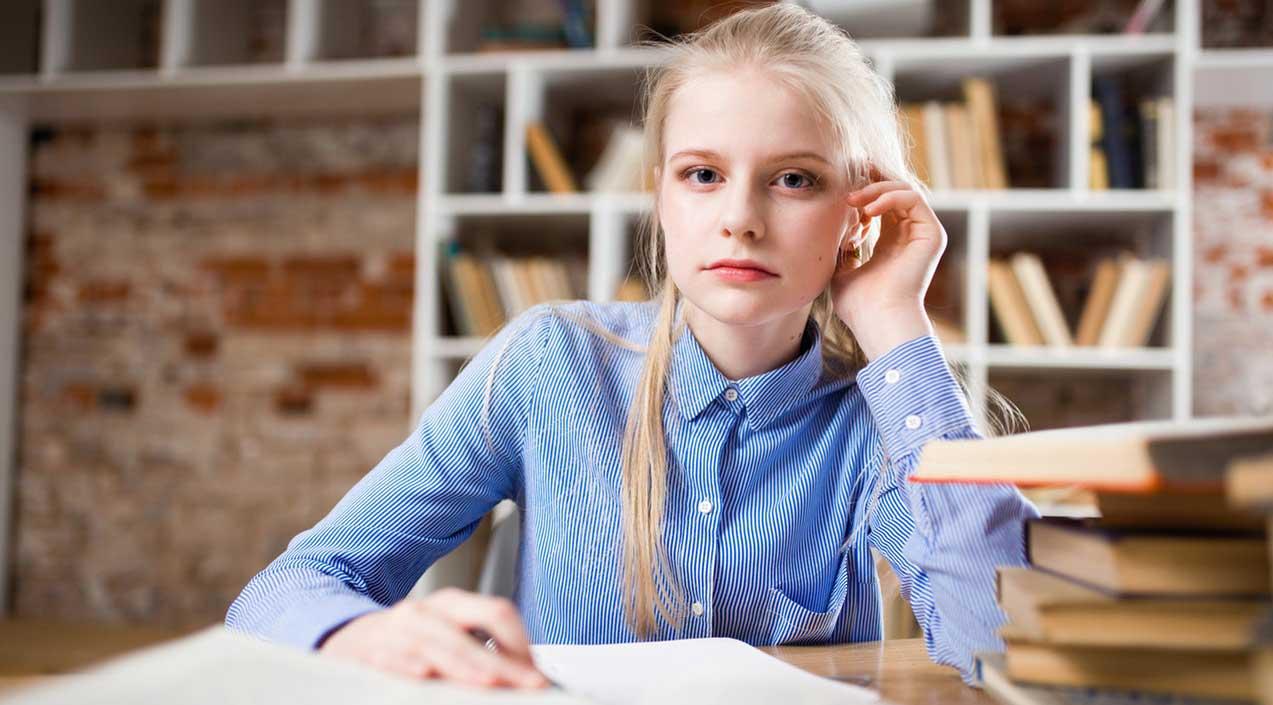 סטודנטית כותבת סמינריון באנגלית