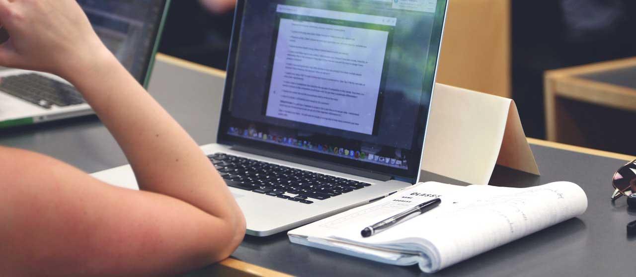 סטודנטית מכינה עבודת סמינריון במשאבי אנוש