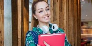 סטודנטית מסיימת עבודת סמינריון