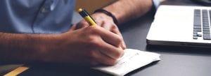 סטודנט בודק מה ההבדל בין סמינריון איכותני לכמותני