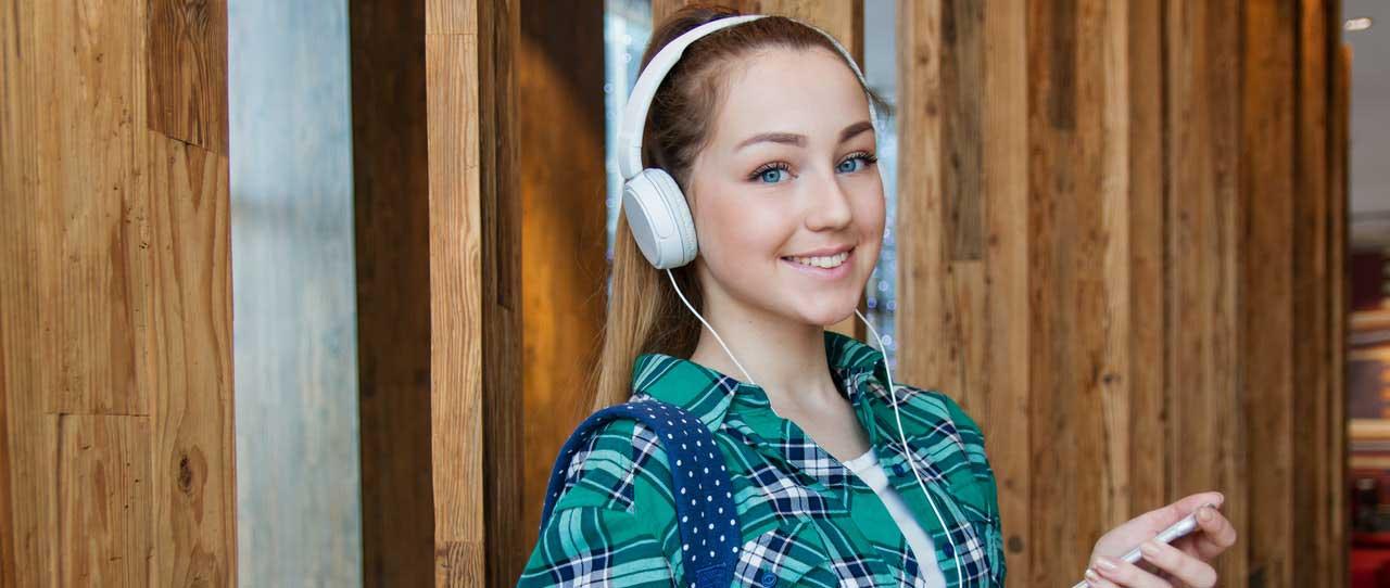 סטודנטית לאחר כתיבת עבודות אקדמיות בספריה