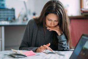 סטודנטית כותבת עבודת סמינריון בחינוך מיוחד