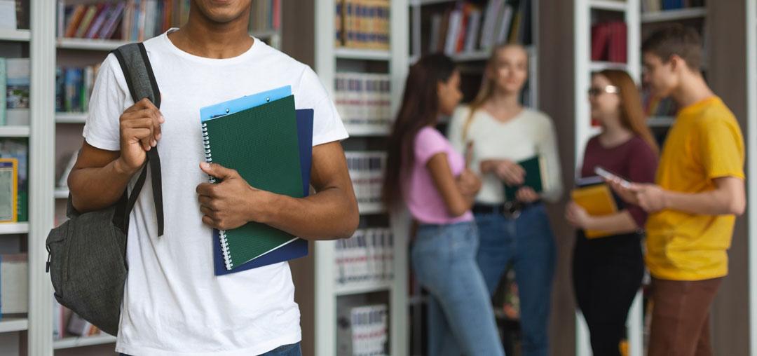 סטודנט כותב עבודת סמינריון בחשבונאות