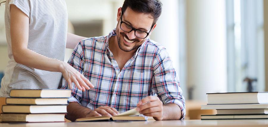 סטודנט מבצע כתיבת עבודות אקדמיות בתשלום
