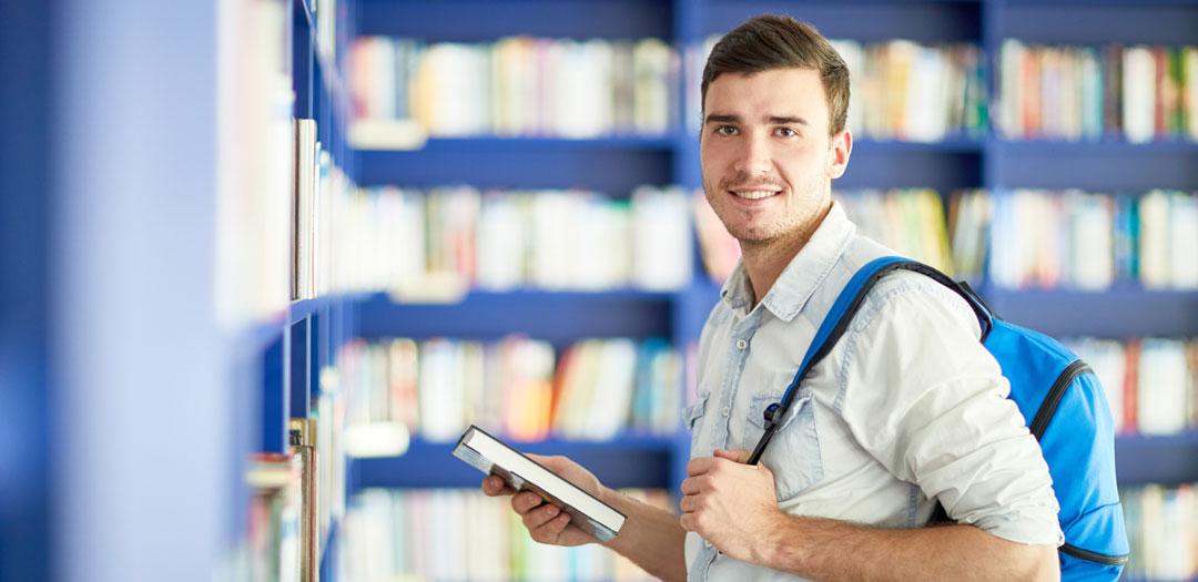 סטודנט מכין עבודת סמינריון במתמטיקה