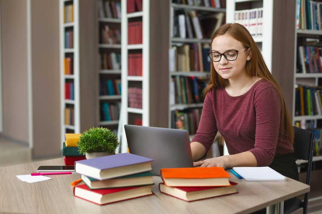 סטודנטית כותבת סמינריון בספרות