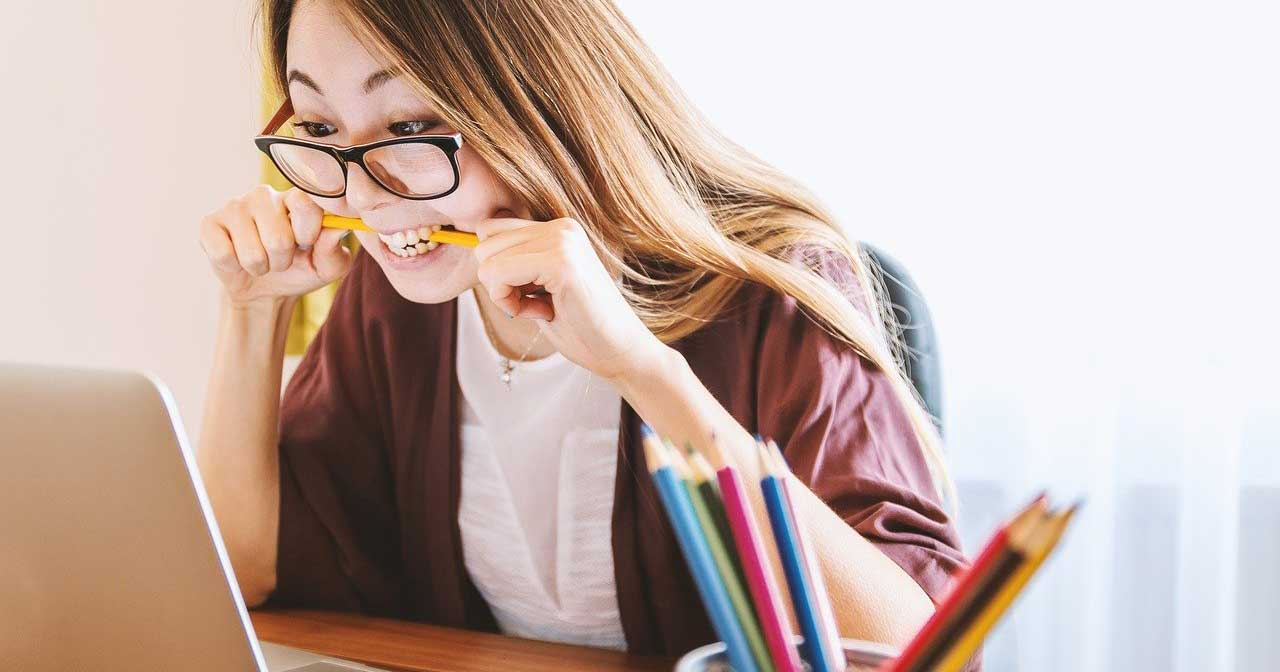 סטודנטית לומדת ומכינה עבודה