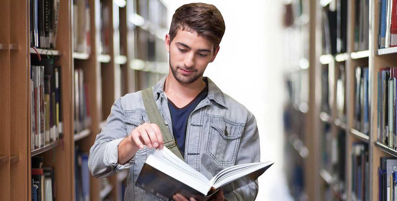 סטודנט מחפש מידע לכתיבת עבודות סמינריוניות
