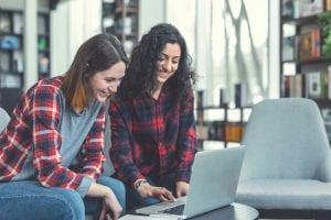 שתי סטודנטיות מכינות עבודת סמינריון בתקשורת