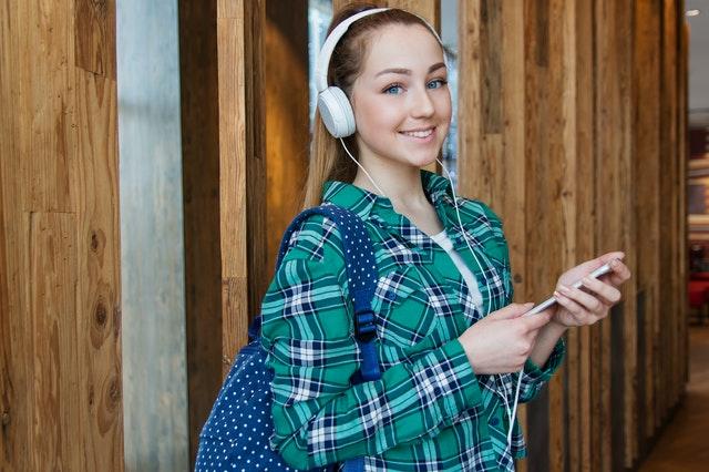 סטודנטית כותבת סמינריון במנהל עסקים בספריה