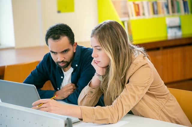 סטודנטים לומדים שיטות מחקר כמותיות