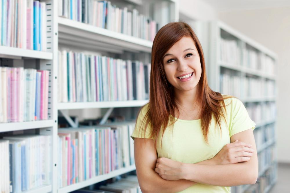 סטודנטית בספריה כדי להכין סמינריון בנושא זכויות אדם