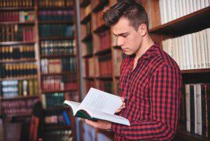 סטודנט בספריה מכין סמינריון דת ומדינה